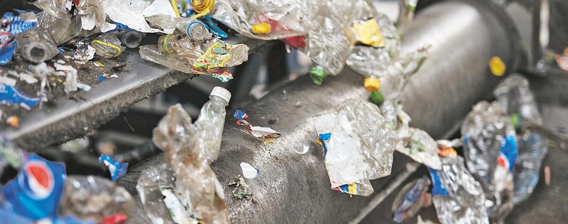 Das recycelte PET stammt von Flaschen aus der haushaltsnahen Sammlung und wird zur Herstellung neuer Flaschen verwendet.