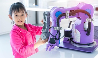 Kind mit Roboter