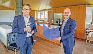 WKV-Direktor Hans Peter Metzler überreichte die Auszeichnung an Andreas Innfeld.