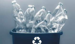 Plastikflaschen in Eimer